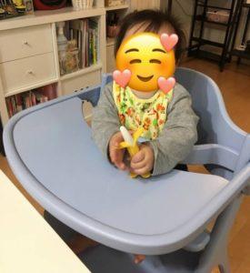 (生後8か月頃)アッフルチェアに座った写真