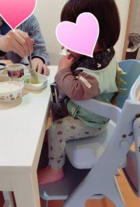 (1歳8か月)アッフルチェアに座った写真