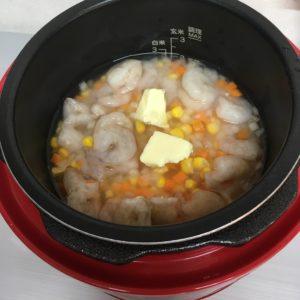 炊飯前の炊き込み海老ピラフ