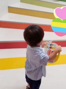 アンパンマンミュージアムへと続く階段をのぼる息子